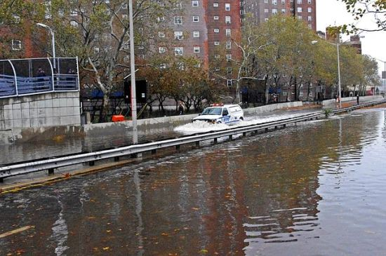 Hurricane Sandy: The FDR Drive flooded next to the East Village neighborhoon in Manhattan.  30 October 2012.  Photographer: David Shankbone.
