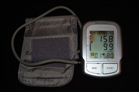 Automatic brachial sphygmomanometer showing grade 2 arterial hypertension (systolic blood pressure 158 mmHg, diastolic blood pressure 99 mmHg). Heart rate shown is 80 beats per minute.  Photographed 4 February 2009 by Steven Fruitsmaak.