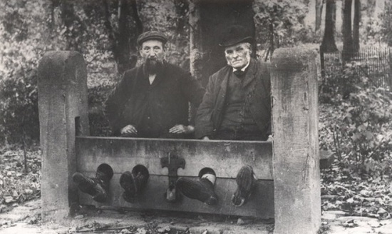 Men in Bramhall stocks, Bramhall, England, 1900, unknown photographer.